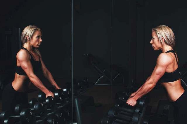 kobieta cwiczy na siłowni w Lublinie - odchudza sie